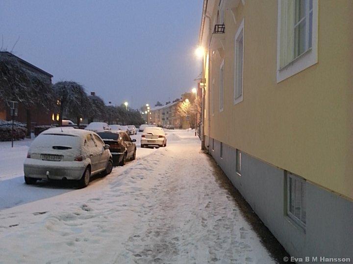 Mera snö kommer ner. Söderstaden kl 16:58 den 6 februari 2013.