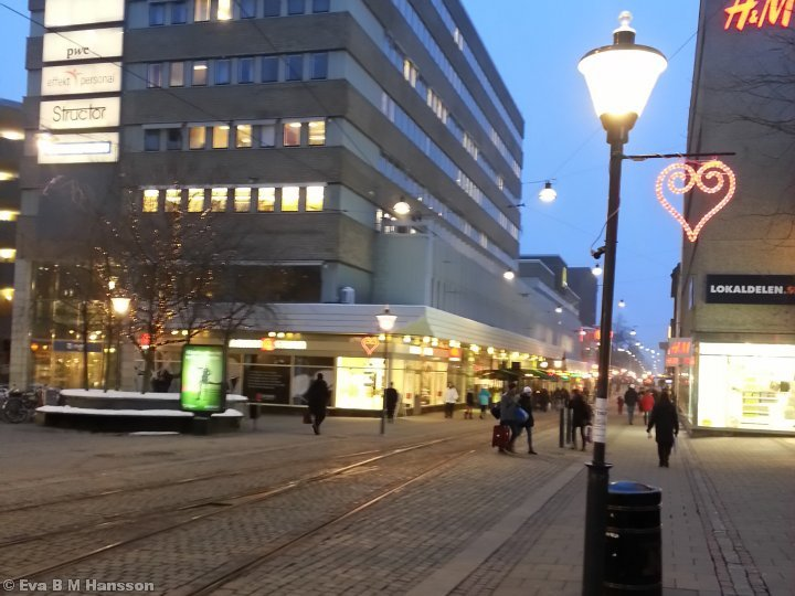 En massa hjärtan på Alla Hjärtans dag. Drottninggatan i Norrköping kl 16:56 den 14 februari 2013.