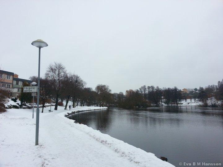 Lunchpromenad utmed gångstråket vid Stångån/Kinda kanal. Tannefors kl 13:19 den 18 februari 2013.