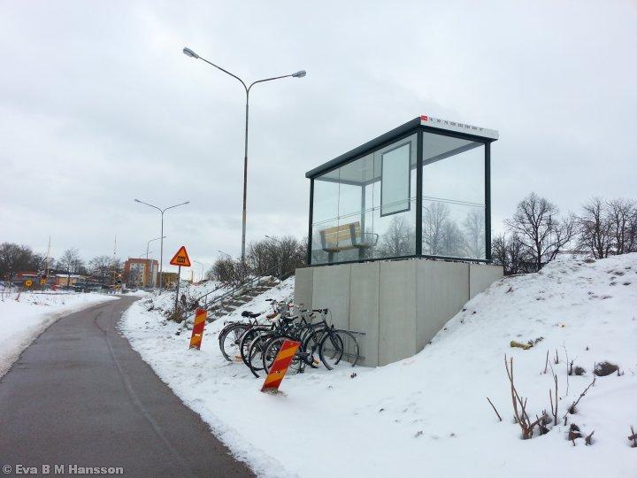 En ny upptäkt. Det står ett cykelställ nedanför busshållplatsen där jag kliver av varje morgon. Råberga bro kl 13:06 den 19 februari 2013.