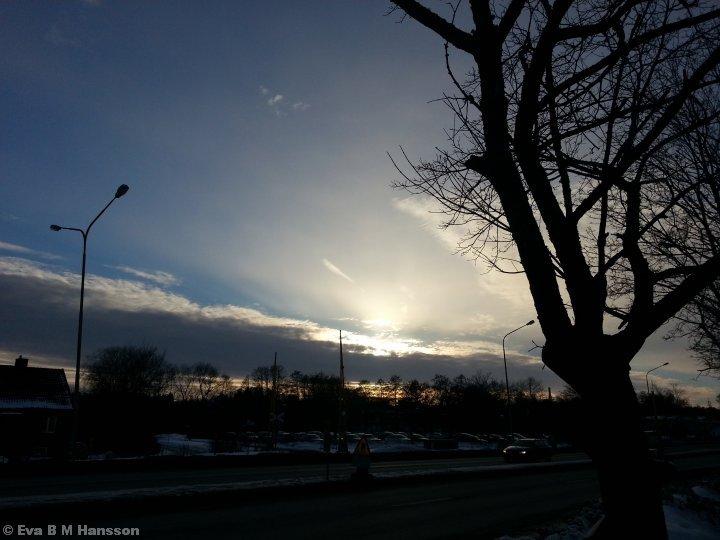 Solen snart bakom moln. Råberga bro kl 16:09 den 22 februari 2013.