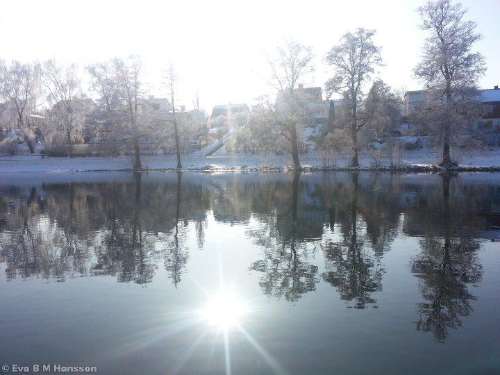 En härlig lunchrunda utmed ån. Träden i rimfrost och en strålande sol som värmde gott i nacken.Tannefors kl 13:22 den 25 februari 2013.