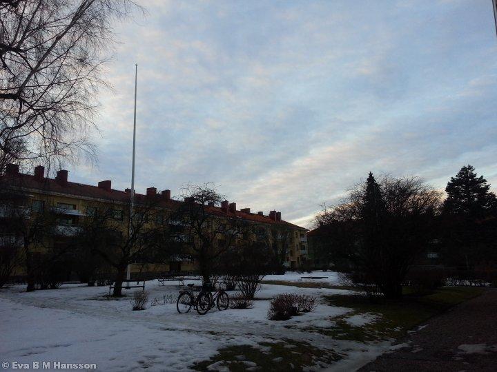 Snön är fortfarande kvar på innergården därhemma. Söderstaden kl 17:29 den 6 mars 2013.