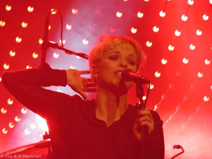 Petra Marklund på scen. Crusellhallen i Linköping kl 20:33 den 7 mars 2013.