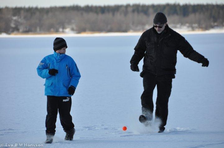 Lek på is. Sandfjärden kl 14:13 den 17 mars 2013.