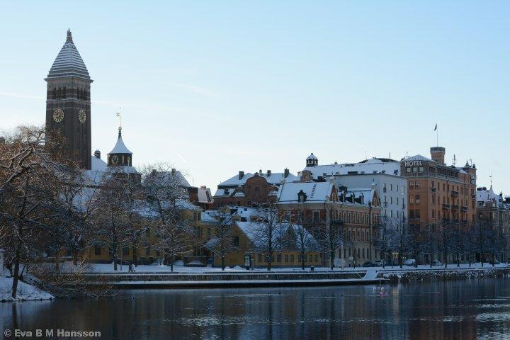 Rådhuset med Gull-Olle i toppen och Motala ström.