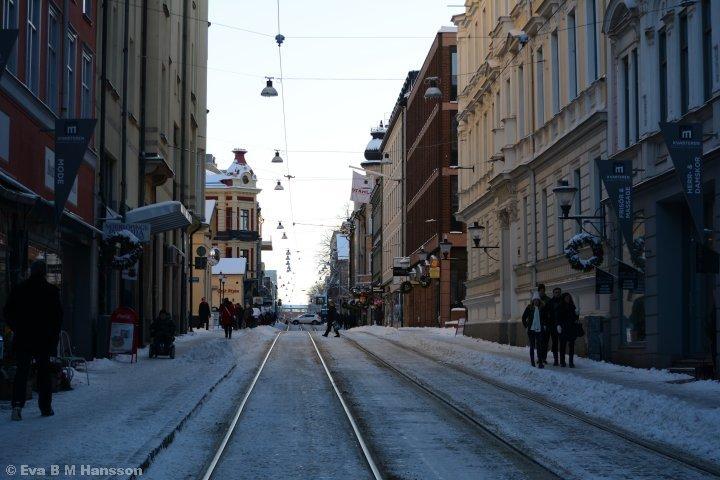 Passerar över Drottninggatan.
