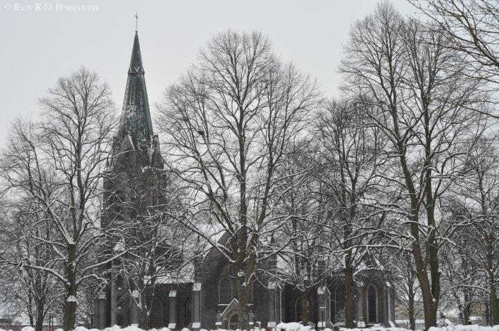 S:t Johannes kyrka i molnig väderlek och nån plusgrad.