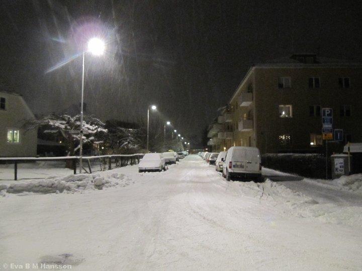 Snöig gata. Söderstaden kl 17:46 den 2 februari 2015.