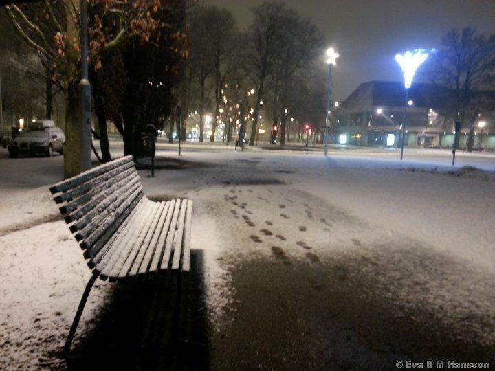 Bakslag med nyfallen snö. Kristinaplatsen i Norrköping kl 05:29 den 3 mars 2015.