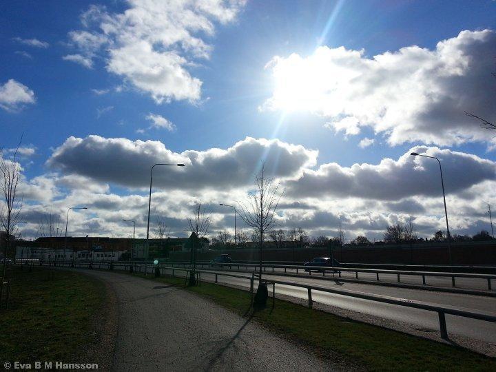 Strålande sol på lunchpromenaden. Tannefors kl 13:11 den 4 mars 2015.
