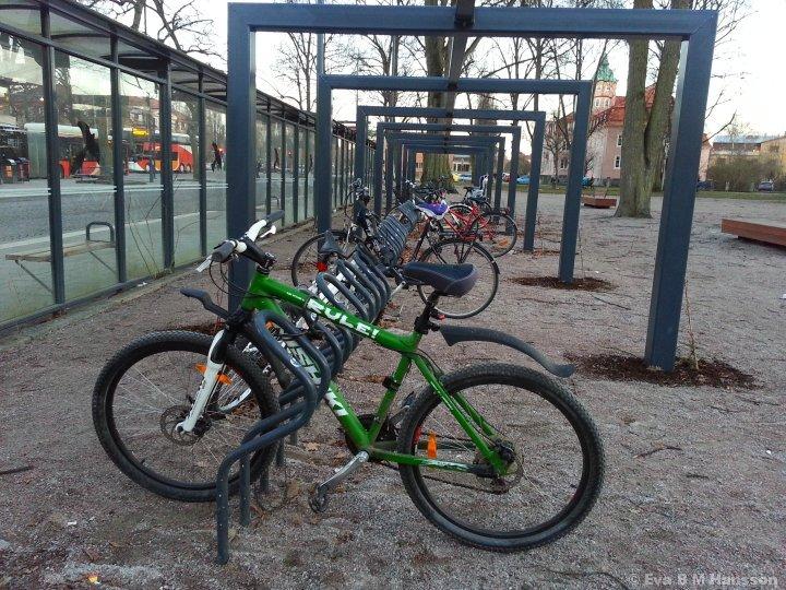 Cykelparkering. Söder Tull kl 17:41 den 9 mars 2015.
