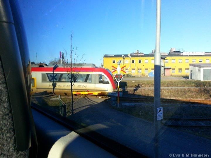 I väntan på tåget. Östra länken i Tannefors kl 16:13 den 11 mars 2015.