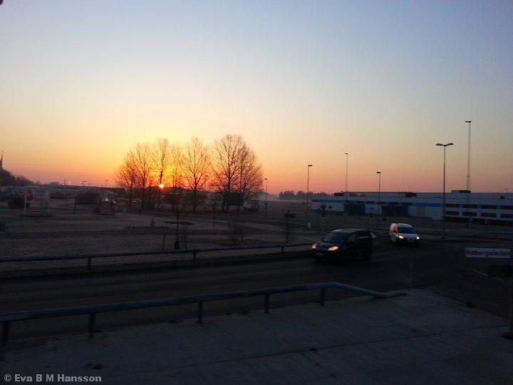 Gyllene morgon. Torvinge, Linköping, kl 06:21 den 17 mars 2015.