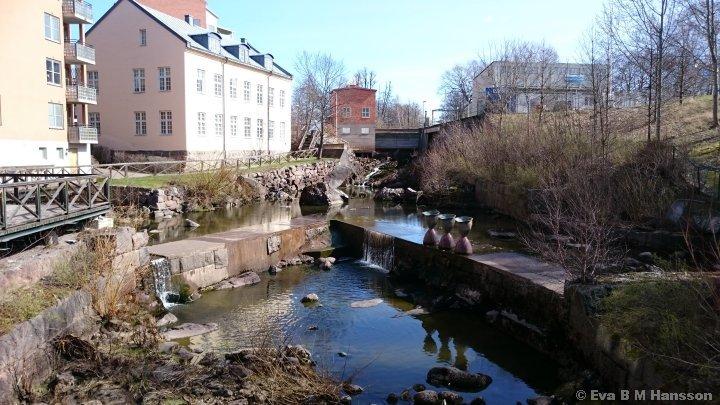 I vattenfåran. Tannefors kl 13:03 den 7 april 2015.