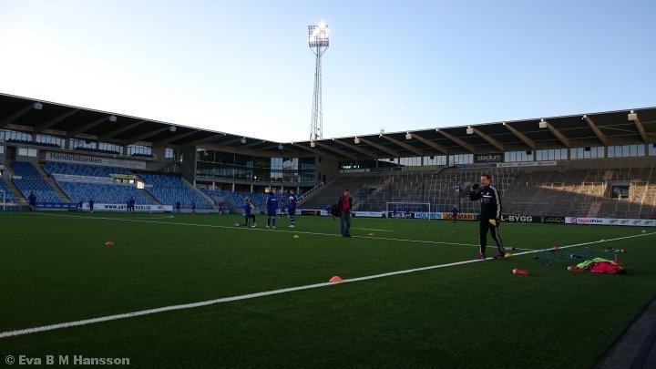 Fotbollsträning på Nya Parken. Norrköping kl 18:26 den 9 april 2015.