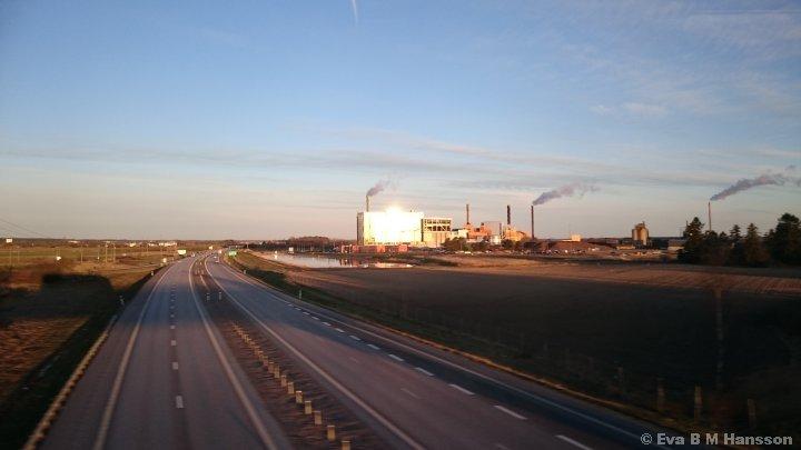 Passerar över E4:an. Linköping kl 06:16 den 14 april 2015.
