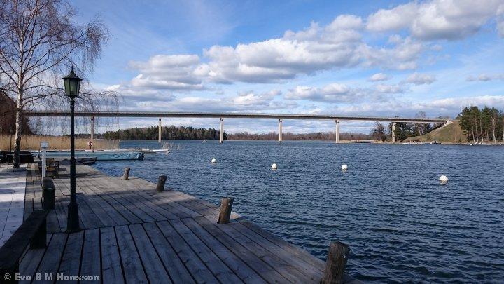 I skärgårdsmiljö. Lagnöbron kl 16:01 den 18 april 2015.