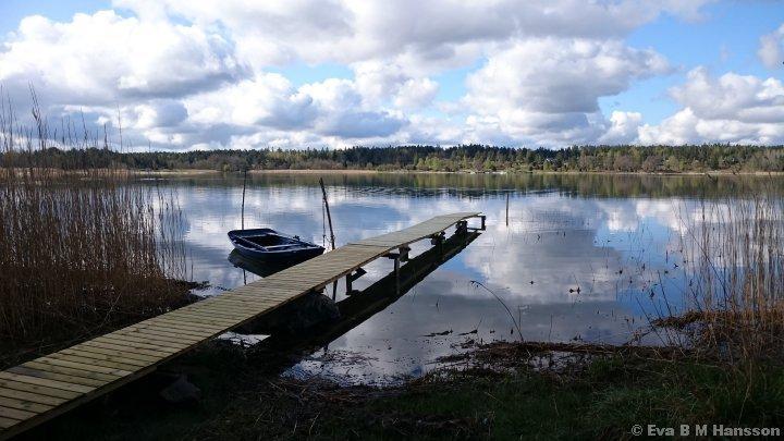 Spegelblank sjö. Sandfjärden kl 09:13 den 3 maj 2015.