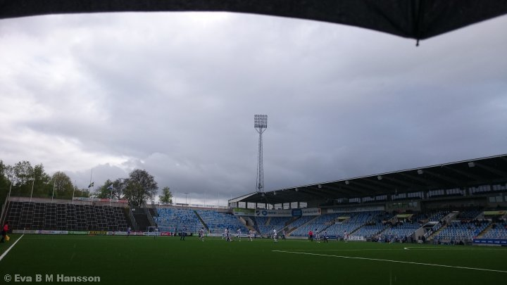 Under ett paraply. Norrköping kl 17:13 den 10 maj 2015.